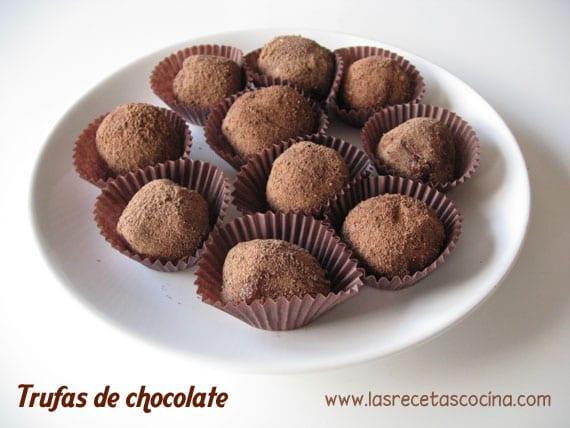 Trufas de chocolate en plato