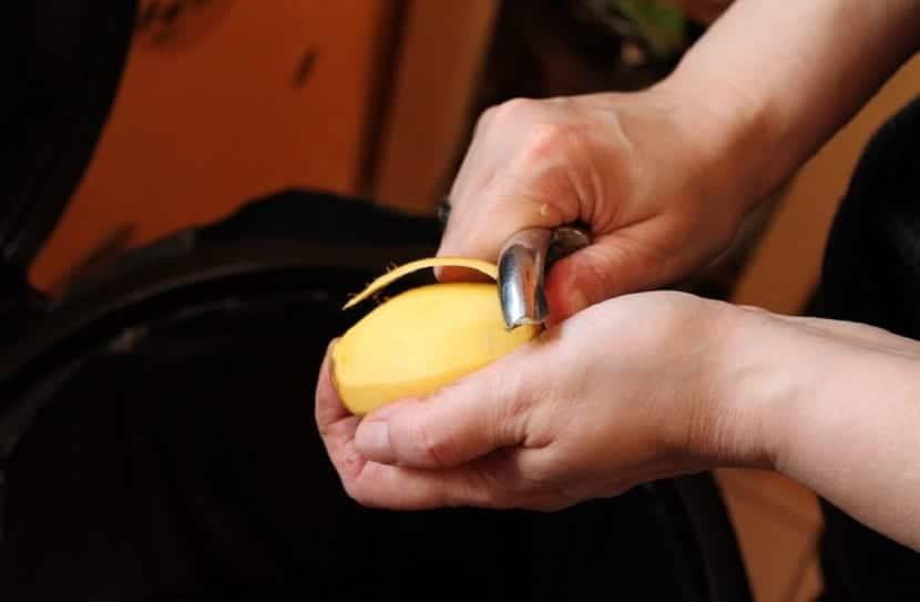 pelar patatas