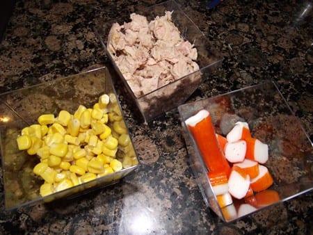 surimi,atún y maíz, ingredientes para los rollitos de jamón york y arroz