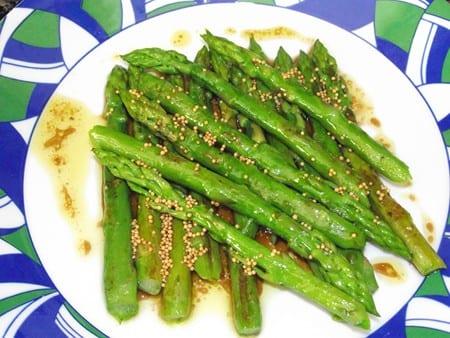 plato finalizado, rápido,sencillo y versatil, esparragos con vinagreta de mostaza en grano