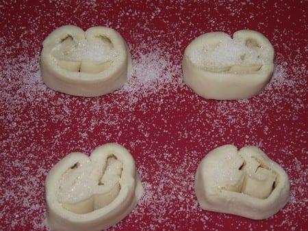 gafas listas para hornear, con el azucar y encima de la silicona