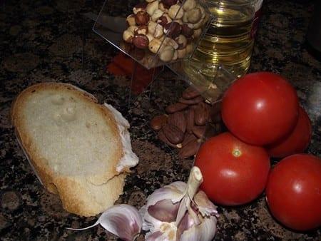 los ingredientes básicos para hacer la salsa de los calçots