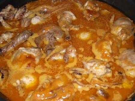 conejo con salsa romesco cociendose con el agua