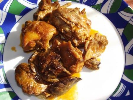 conejo con salsa romesco montado en el plato