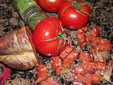 tomate,chorizo,oregano, son los ingredientes básicos