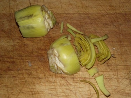 alcachofas cortadas en tiras pequeñas para que se cuezan bien