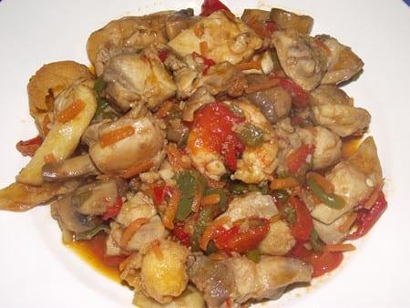 rica receta a base de pollo con verduras y gambas