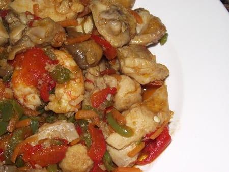 receta finalizada de pollo con verduras y gambas