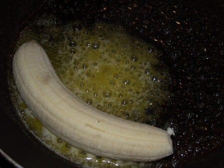 plátano en la sarten con margarina