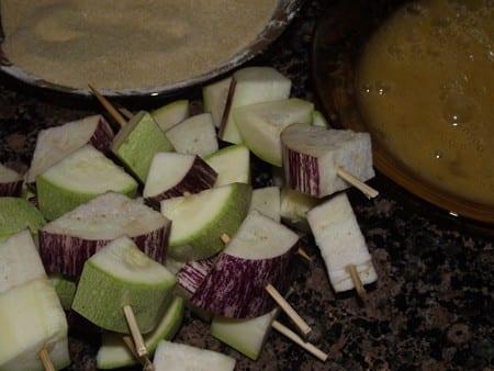 brochetas listas para rebozar con huevo y pan rallado
