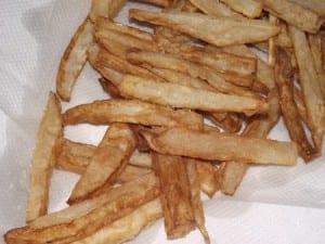 nabos fritos recien sacados del aceite sobre papel de cocina