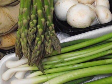 espárraogs trigueros,setas y ajos tiernos, ingredientes con color