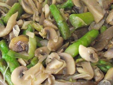 rica receta llena de color y sabor, espárragos trigueros,setas y ajos tiernos