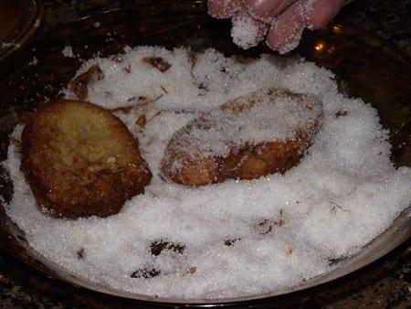 último paso antes de degustar las torrijas, pasarlas por azúcar