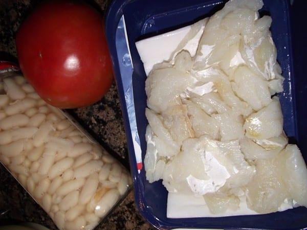 ingredientes para la escaixada, bacalao,tomate y alubias