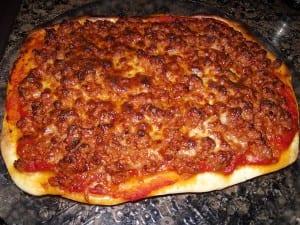 receta finalizada de pizza con carne picada