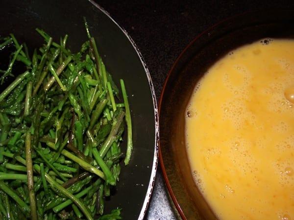 ingredientes básicos espárragos de margen y huevos