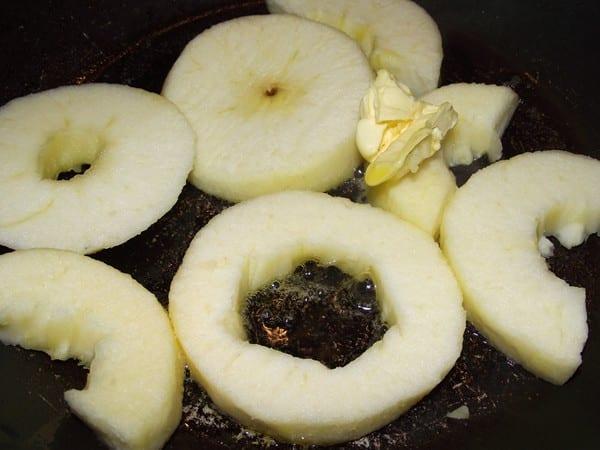 rodajas de manzana dorandose con margarina