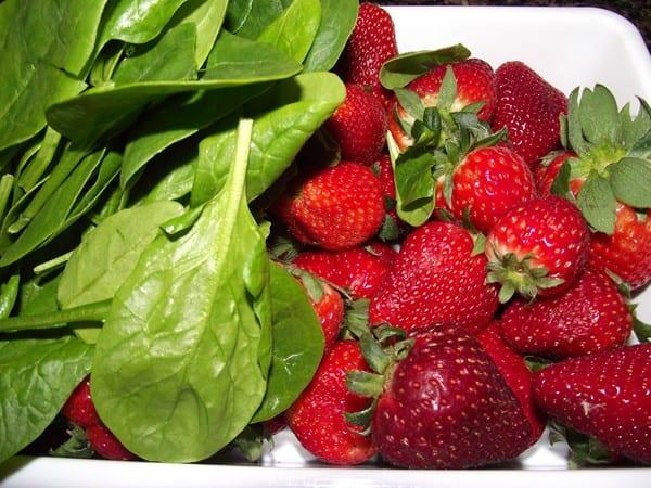 ingredientes básicos fresas y espinacas