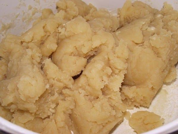 pasta base de agua,leche,mantequilla,harina