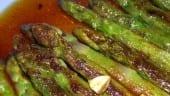 receta finalizada de espárragos verdes con salsa roja de ajo