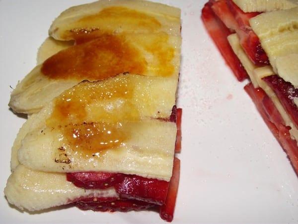 receta finalizada de milhojas de fresa y plátano