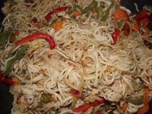 receta finalizada de fideos chinos con verduras y carne picada