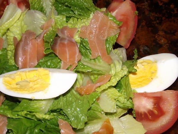 receta finalizada de ensalada de salmón con vinagreta de limón