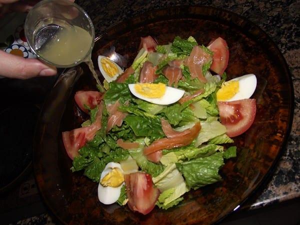 aliñando la ensalada con la vinagreta