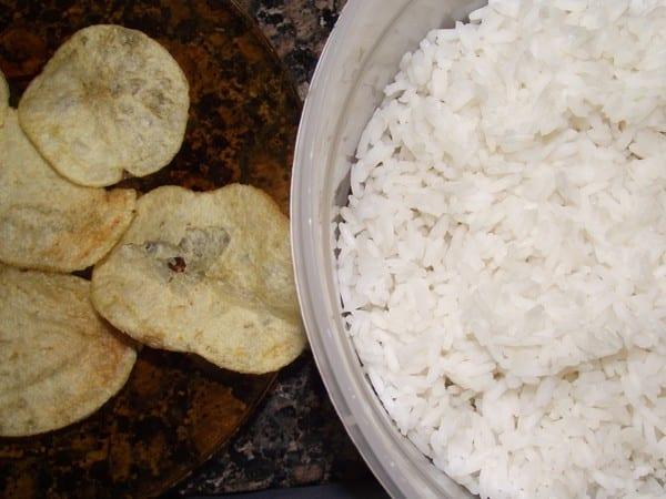 ingredientes básicos, arroz y patatas chips