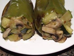 receta finalizada de pimientos rellenos de verduras y setas