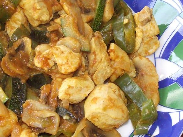 receta finalizada de pollo al curry con verduras