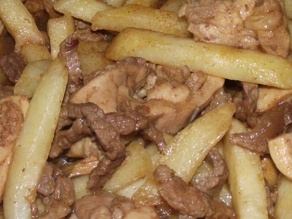 receta finalizada de ternera,pollo y patatas en salsa de soja