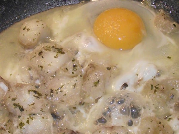 Huevo esclafado en el rape