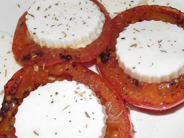 receta finalizada de tomates a la plancha con queso blanco