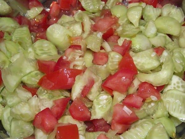 ingredientes mezclados para rellenar los pepinos