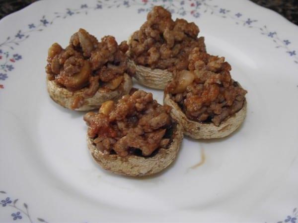receta finalizada de champiñones rellenos de boloñesa