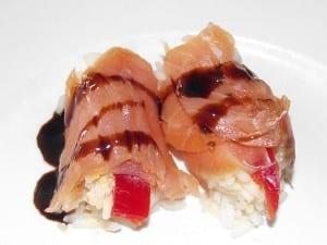 receta finalizada de rollitos de salmón con arroz