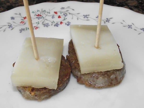 receta finalizada de pincho de blanco con queso de cabra