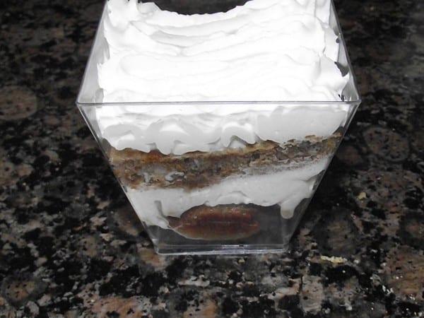 receta finalizada de bizcocho helado de cafe con nata