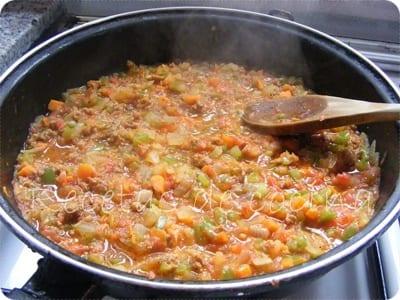 Pan relleno de verduras y carne picada