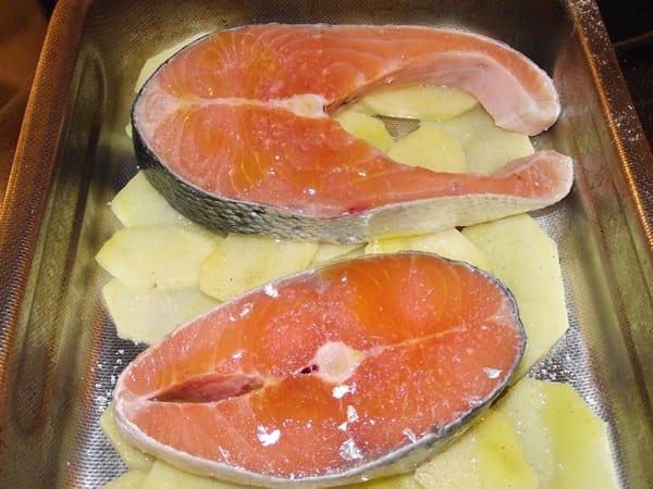 salmon y patatas listas para hornear