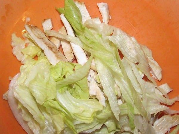lechuga y filetes cortados