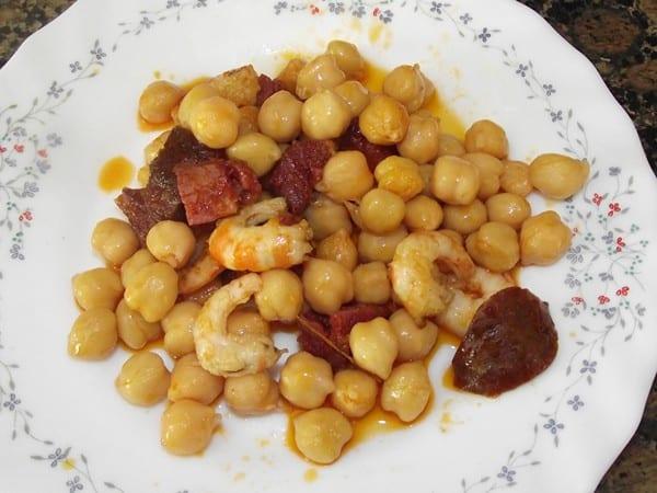 receta finalizada de garbanzos con chorizo picante y gambitas