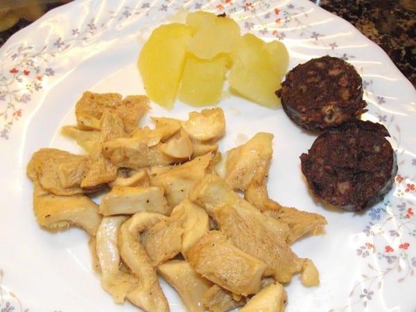 receta finalizada de lengua de vaca con patatas y butifarra negra