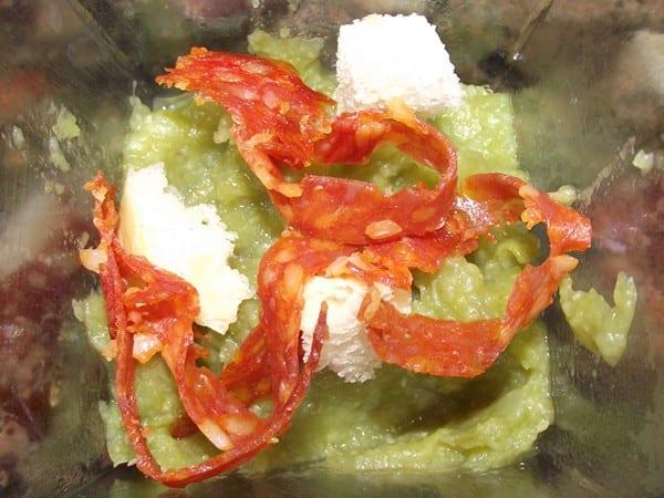 receta finalizada de puré de judías verdes con picatostes y chorizo