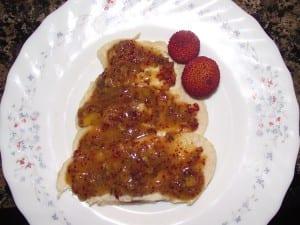 receta finalizada de filete de pollo con salsa de madroños