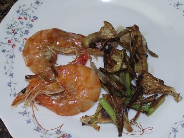 receta finalizada de salteado de ajos tiernos,setas y langostinos