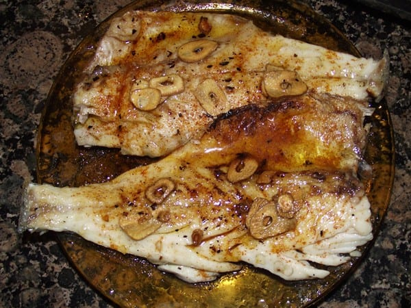 receta finalizada de fielte de lubina con ajo y pimenton
