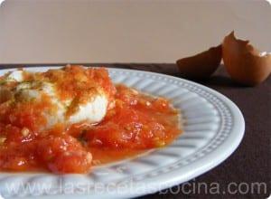 Huevo cuajado en tomate